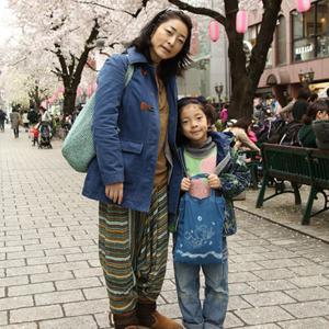【撮影日:04/01,撮影場所:自由が丘】幸子さん・紗瑛ちゃん(8歳)