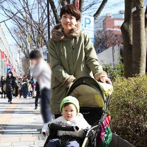 【撮影日:03/02,撮影場所:表参道】育子さん・KANTAくん(1歳)