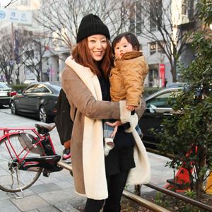 【撮影日:02/12,撮影場所:表参道】はすみママさん・はすみちゃん(1歳)